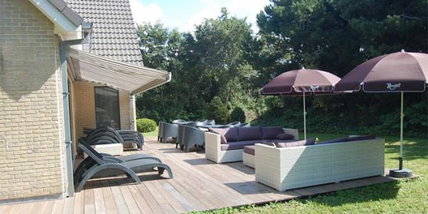 Luxe vakantiehuis voor grote gezinnen met 12 personen op nieuw park nabij het strand van Ouddorp, met 6 slaapkamers en een heerlijke loungeset op het terras!