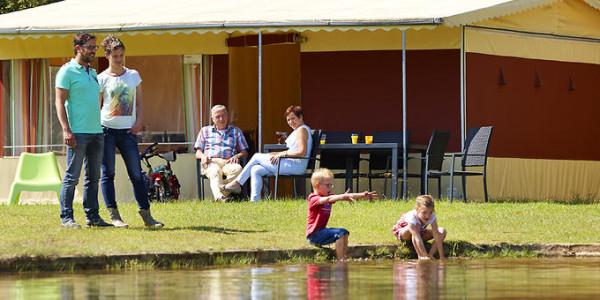Volledig ingerichte tent met badkamer op Vakantiepark Dierenbos in Vinkel. Voor 6 personen. Vakantiesvoorgrotegezinnen.nl