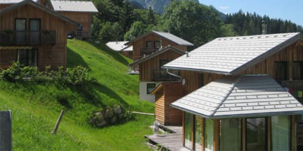 Vrijstaande houten vakantiebungalow op familiepark in Oostenrijk, voor grote gezinnen met 6 personen. Ook 8 persoons vakantiehuizen beschikbaar.