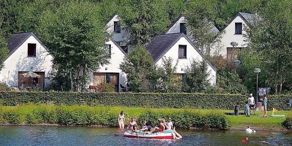 Low budget eenvoudige geschakelde bungalow op het Vakantiepark les Doyards in de Belgische Ardennen voor zes personen. vakantiesvoorgrotegezinnen.nl