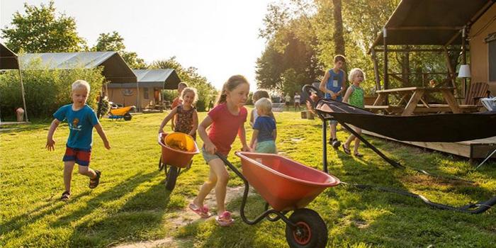 Glamping in Zeeland, logeren bij de boer op FarmCamps Five Star in Kamperland Zeeland voor grote gezinnen met 6 personen. vakantiesvoorgrotegezinnen.nl