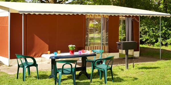 Comfortabele ingerichte tent met badkamer, toilet en koelkast, voor zes personen. vakantiesvoorgrotegezinnen.nl