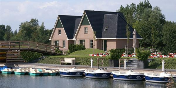 Groot en luxe vrijstaand vakantiehuis voor grote gezinnen met 10 personen in vakantiepark Beach Resort Makkum in Friesland.