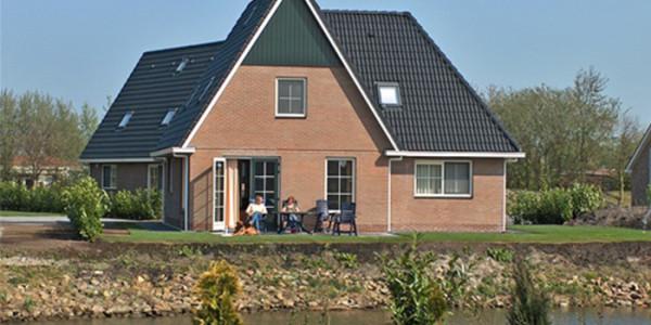 Groot en luxe vrijstaand vakantiehuis voor grote gezinnen met 12 personen in vakantiepark Makkum Beach in Friesland.