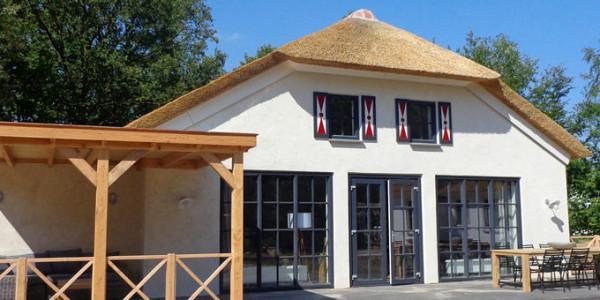Op vakantiepark Dierenbos staat de luxe villa Alpaca voor 8 personen met een prachtige loungeterras. vakantiesvoorgrotegezinnen.nl