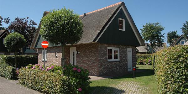 Vrijstaande vakantiewoning vlakbij zee, die met een aparte babykamer ideaal is voor grote gezinnen met een klein kind. Op Villapark Anzelhoef in Sint Maartenszee.