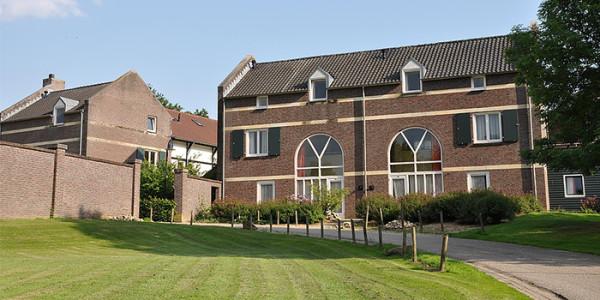 In het Geuldal in Limburg ligt op een kleinschalig park geschakelde vakantiewoningen voor grote gezinnen met 6 personen.