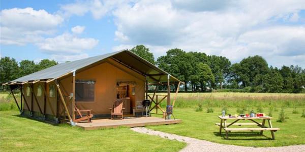 Glamping in Gelderland bij FarmCamps den Branderhorst met luxe safaritent en lodgetent voor grote gezinnen met 6 personen. vakantiesvoorgrotegezinnen.nl